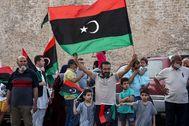 Varias personas celebran el anuncio del GNA de la expulsión de Trípoli de las fuerzas de Haftar.