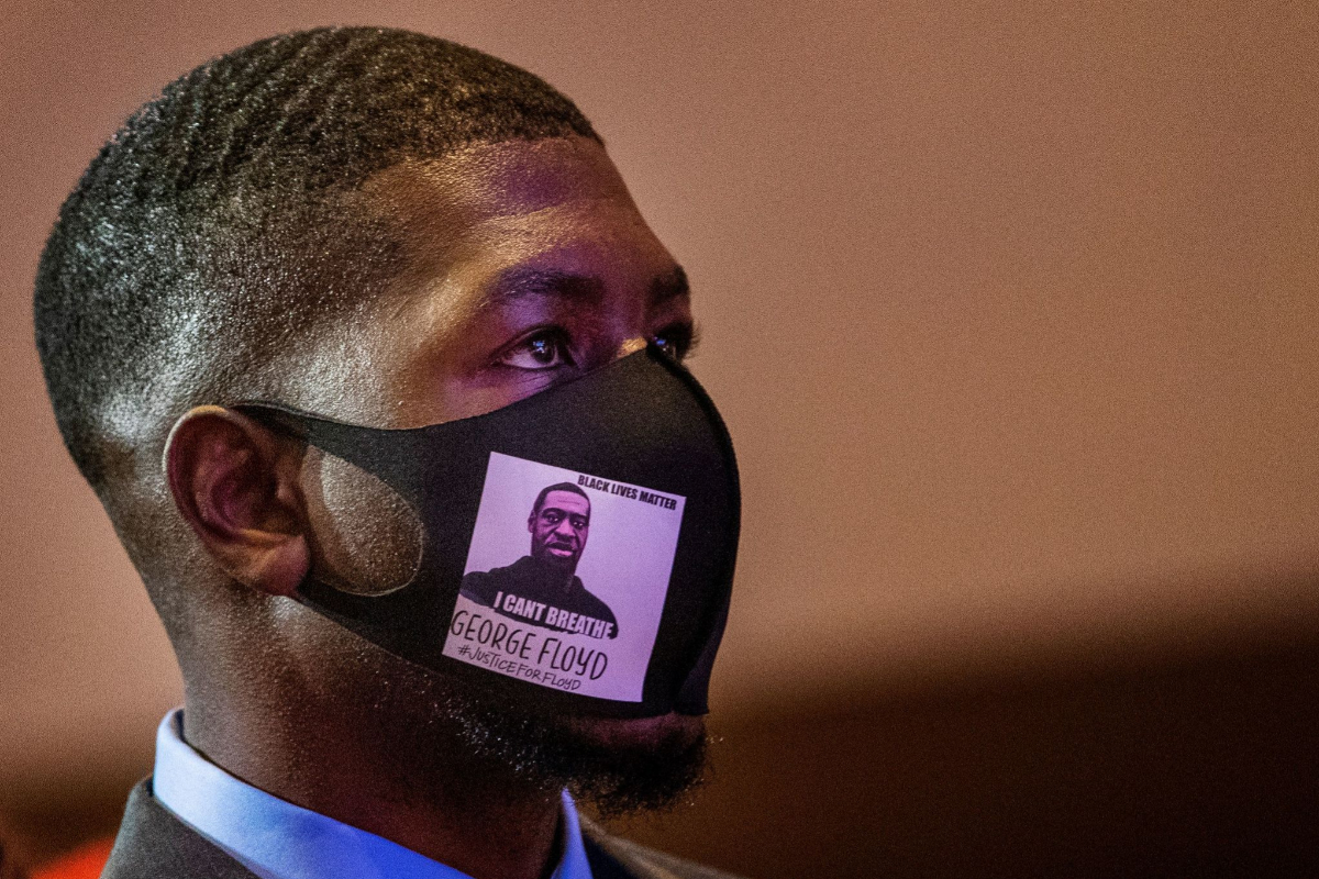 Uno de los familiares de Floyd protegido con mascarilla durante el homenaje.