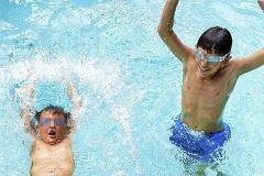 Dos niños juegan en una piscina