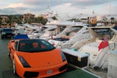 Un vehículo deportivo en el puerto de Calvià, en Mallorca.