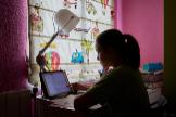 Una niña estudiando durante el confinamiento, en Madrid.