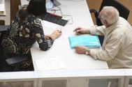 Un señor es atendido en una oficina de Hacienda durante la campaña de la Renta