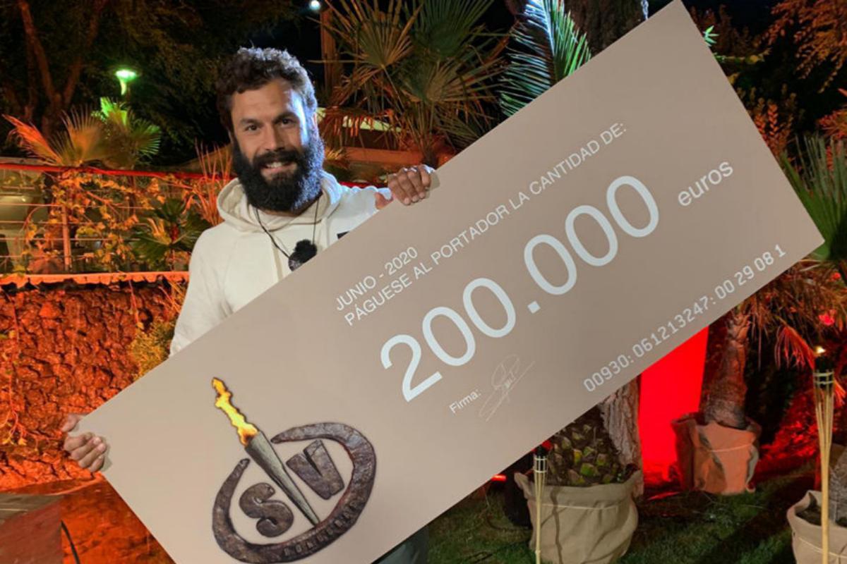 Jorge Pérez, con el cheque del ganador de Supervivientes 2020.