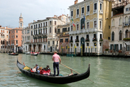 Un grupo de turistas pasea en góndola por Venecia.