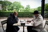 Dos hombres juegan al ajedrez en los Jardines de Luxemburgo en París.