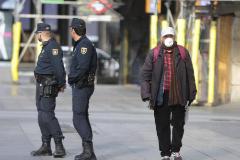 Dos agentes sin mascarilla patrullan por el centro de Madrid.