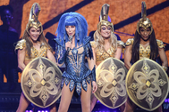 Cher, durante una actuación de su última gira.