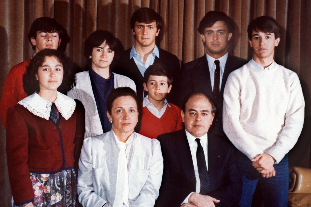 Foto familiar de los Pujol, en 1986, con los siete hijos del matrimonio.