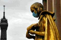 Una estatua dorada del Palacio de Chaillot, ubicado en el Trocadero de París, apareció una mañana con una mascarilla en la boca.