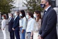 El alcalde de Madrid, José Luis Martínez-Almeida, en el centro junto al resto de portavoces durante el minuto de silencio en Cibeles