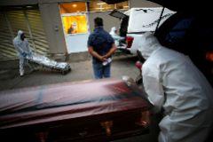 Trabajadores de una funeraria trasladan a un fallecido por coronvairus en un hospital de Ciudad de México.