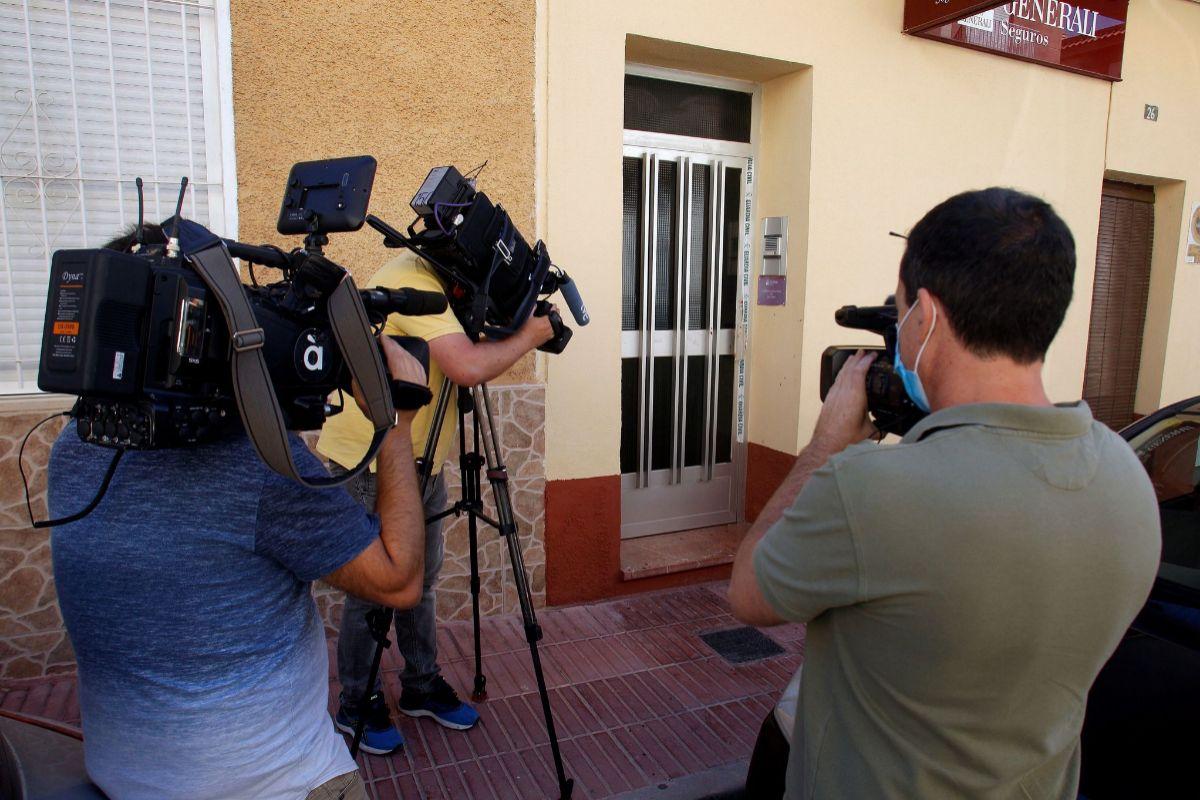 Detalle de la puerta de la casa donde se produjo el parricidio, en Alicante.