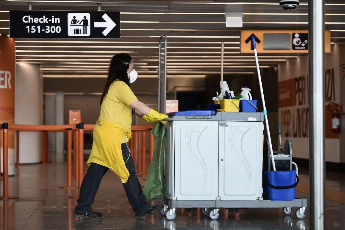 Una limpiadora en el aeropuerto de Roma Fiumicino, esta semana.