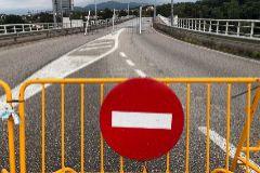 """GRAF4356. SALVATIERRA DO MIÑO.- Vista del puente internacional de Salvaterra do Miño, uno de los puntos fronterizos de A Raia, donde vecinos y políticos piden la apertura de las lt;HIT gt;fronteras lt;/HIT gt;, este lunes. Empresarios de la provincia de Pontevedra y del norte de Portugal han pedido activar """"instrumentos"""" para compensar económicamente las pérdidas que está generando en su actividad el cierre de la lt;HIT gt;frontera lt;/HIT gt; entre el país luso con Galicia."""