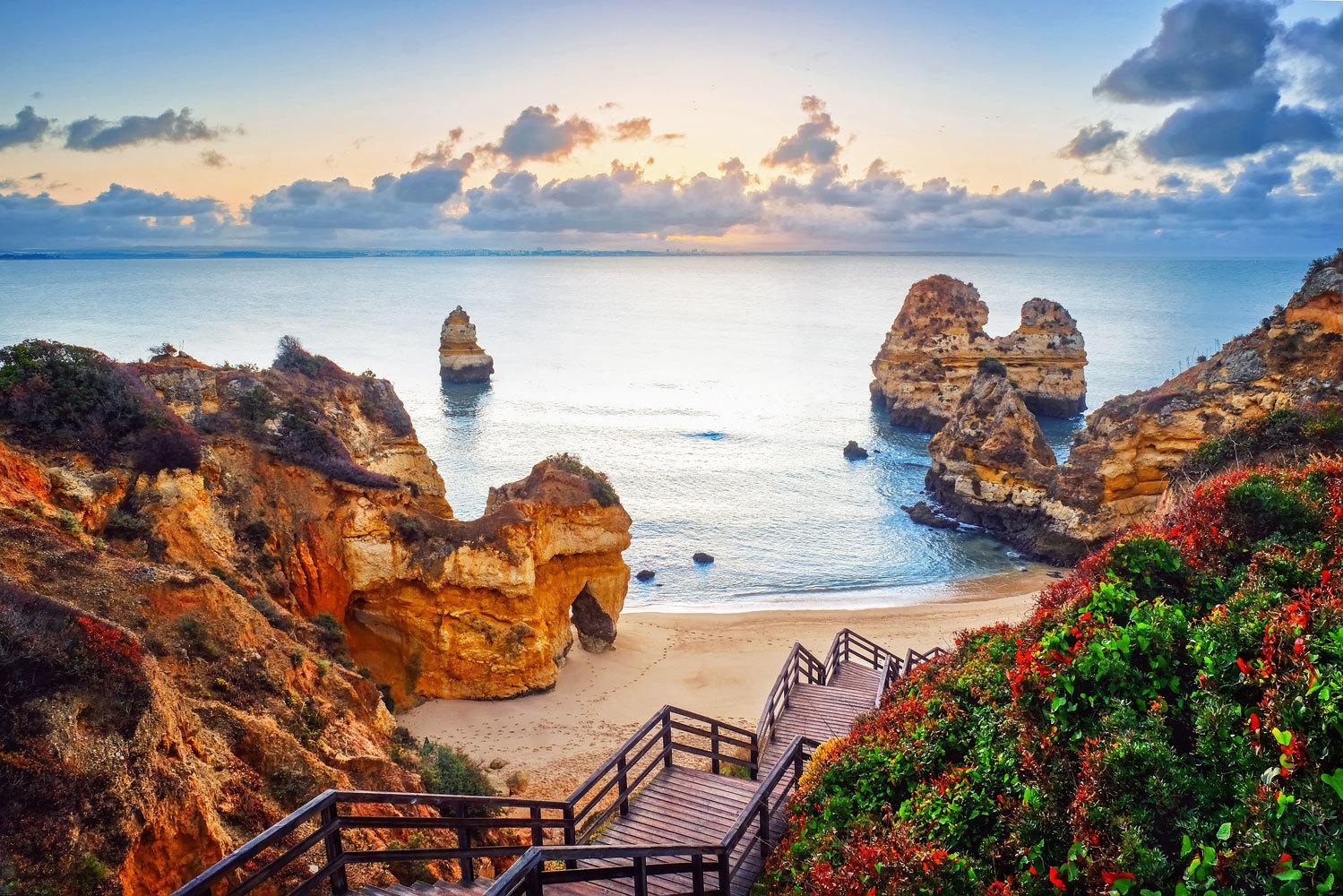 """La <a href=""""https://www.elmundo.es/viajes/europa/2018/05/03/5ae32721e5fdeaf7698b4667.html"""" target=""""_blank""""> región portuguesa del Algarve</a>, tan turística como bella, es una de las incluidas en el <strong>ránking sobre destinos más seguros </strong>frente al coronavirus de la organización <strong>European Best Destinations</strong>, con sede en Bruselas y que busca promocionar la cultura y el turismo en el Viejo Continente bajo la supervisión de la red Edén, dependiente de la Unión Europea."""