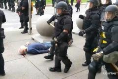 Las duras imágenes de un anciano sangrando en el suelo en una protesta avivan las tensiones raciales