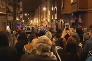 Vecinos de Portugalete se concentran para exigir que 'okupas' violentos abandonen la localidad.