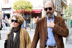 Rosa María Mateo y Miguel Rellán paseando por Madrid