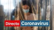 Una mujer con mascarilla y guantes para protegerse del coronavirus.
