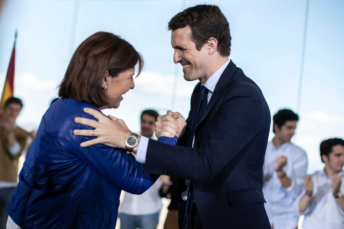 Isabel Bonig y Pablo Casado se saludan, en una imagen de archivo.