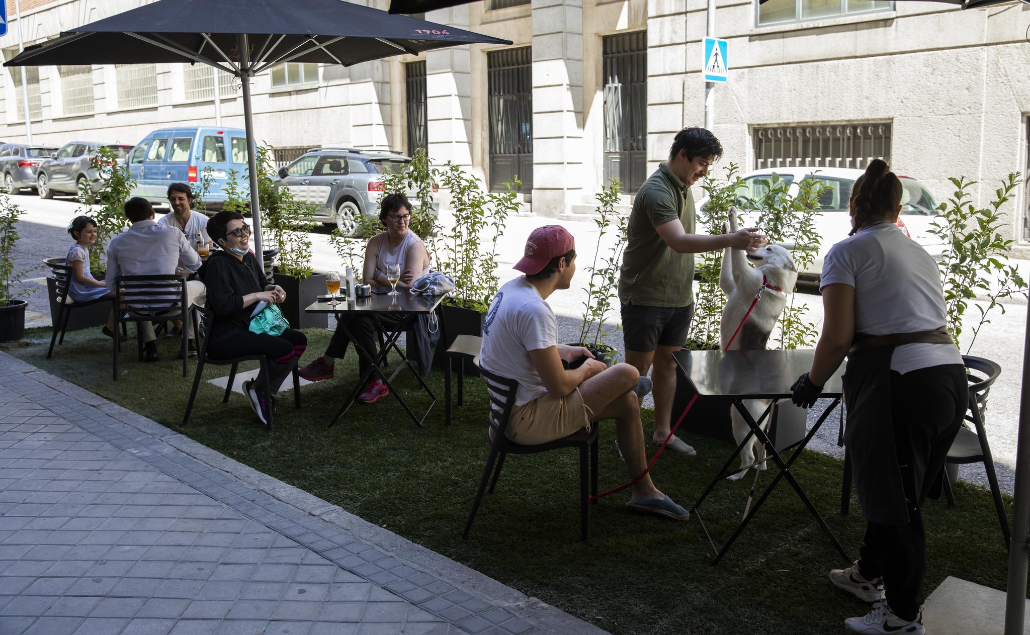 Foto Bernardo Díaz. 05/06/2020. lt;HIT gt;Madrid lt;/HIT gt;. Covid-19. Coronavirus. Fase 1. Hostelería. Terrazas instaladas en plazas de aparcamiento. lt;HIT gt;Bar lt;/HIT gt; Restaurante Quercus, en la calle Calle de Bretón de los Herreros, 46