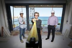 Ana samper, Carlos Paternina y Ricardo Casal en un edificio de nueva tendencia en construcción de Alicante.