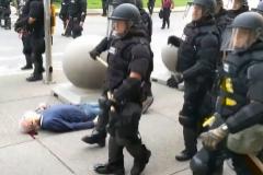 Más de 50 antidisturbios renuncian tras el caso de brutalidad policial con un anciano
