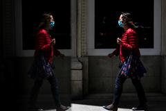 Una mujer pasea por la calle, en Madrid.