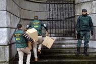 Agentes de la UCO de la Guardia Civil registran la sede de la UGT de Asturias, en 2017, en Oviedo.