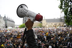 London (United Kingdom).- Protesters holding placards attend a demonstration at the Parliament square, in solidarity with the Black Lives Matter in London, Britain, 06 June 2020. Protesters gathered to express their feelings in regard to the death of 46 year old George Floyd while in police custody. A bystander's video posted online on 25 May appeared to show George Floyd, 46, pleading with arresting officers that he couldn't breathe as an officer knelt on his neck, in Minnesota, USA. The unarmed black man later died in police custody. (Protestas, lt;HIT gt;Reino lt;/HIT gt; lt;HIT gt;Unido lt;/HIT gt;, Estados lt;HIT gt;Unidos lt;/HIT gt;, Londres) EPA/