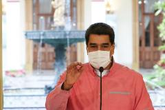 """AME4547. lt;HIT gt;CARACAS lt;/HIT gt; (VENEZUELA), 04/06/2020.- Fotografia cedida este jueves por la oficina de Prensa del Palacio de Miraflores que muestra al presidente venezolano, Nicolás Maduro, mientras habla durante un acto de Gobierno en lt;HIT gt;Caracas lt;/HIT gt; (Venezuela). Venezuela reportó este jueves 135 nuevos casos de COVID-19 y alcanzó los 2.087 contagios totales, al tiempo que anunció la detección de un """"brote grande"""" en una comunidad indígena pemón del amazónico estado de Bolívar, en el sur del país. Maduro dijo que de los nuevos casos reportados hoy, 31 son de """"transmisión comunitaria"""", y calificó los restantes 104 como """"importados"""" desde Colombia y Brasil, dos naciones con las que Venezuela comparte frontera. / SOLO USO EDITORIAL /NO VENTAS"""