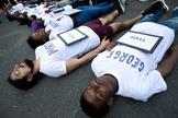 Protestantes en Washigton, con nombres de muertos por la Policía en las camisetas