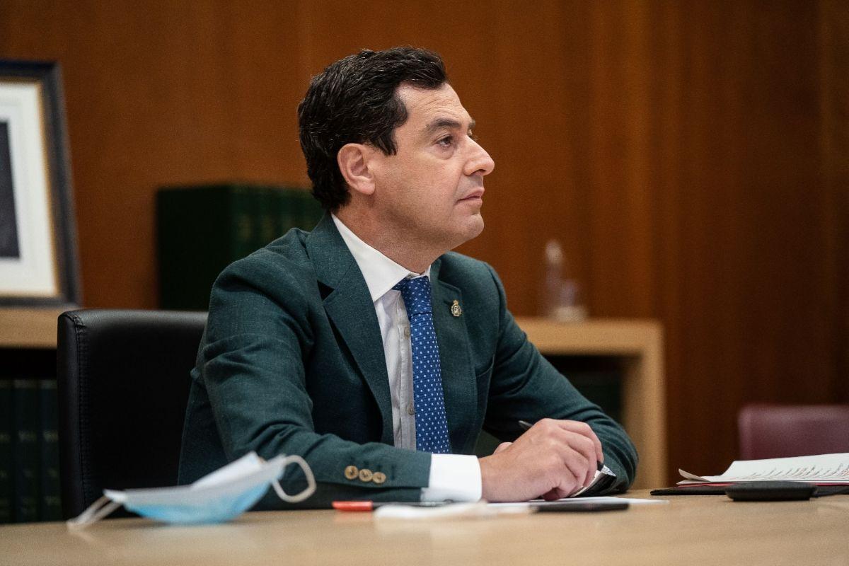 El presidente andaluz, Juanma Moreno, este domingo en la conferencia telemática con sus homólogos y Pedro Sánchez.