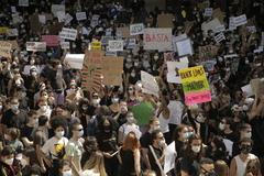 Miles de personas se saltan la distancia de seguridad en una marcha contra el racismo en Madrid