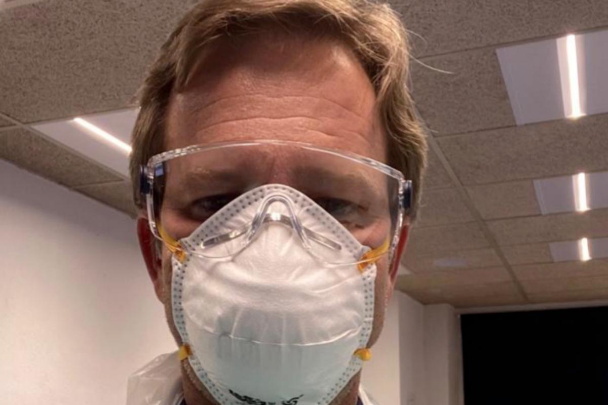 El doctor Blanco, en plena faena en el hospital San Rafael.
