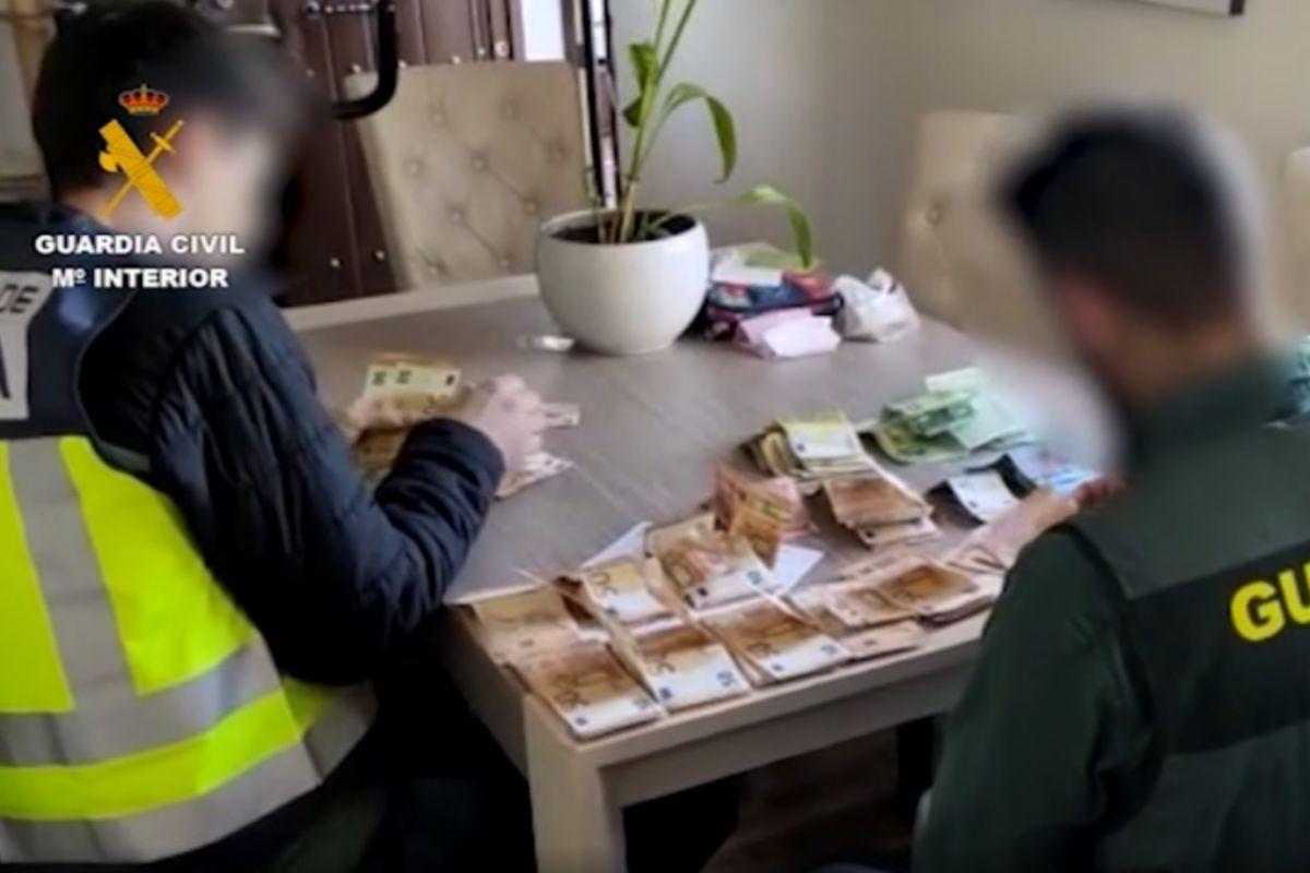 Dos agentes de la Policía Nacional y de la Guardia Civil durante una operación contra la trata de mujeres.