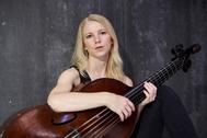 Johanna Rose posa con su viola da gamba en su estudio de Sevilla.