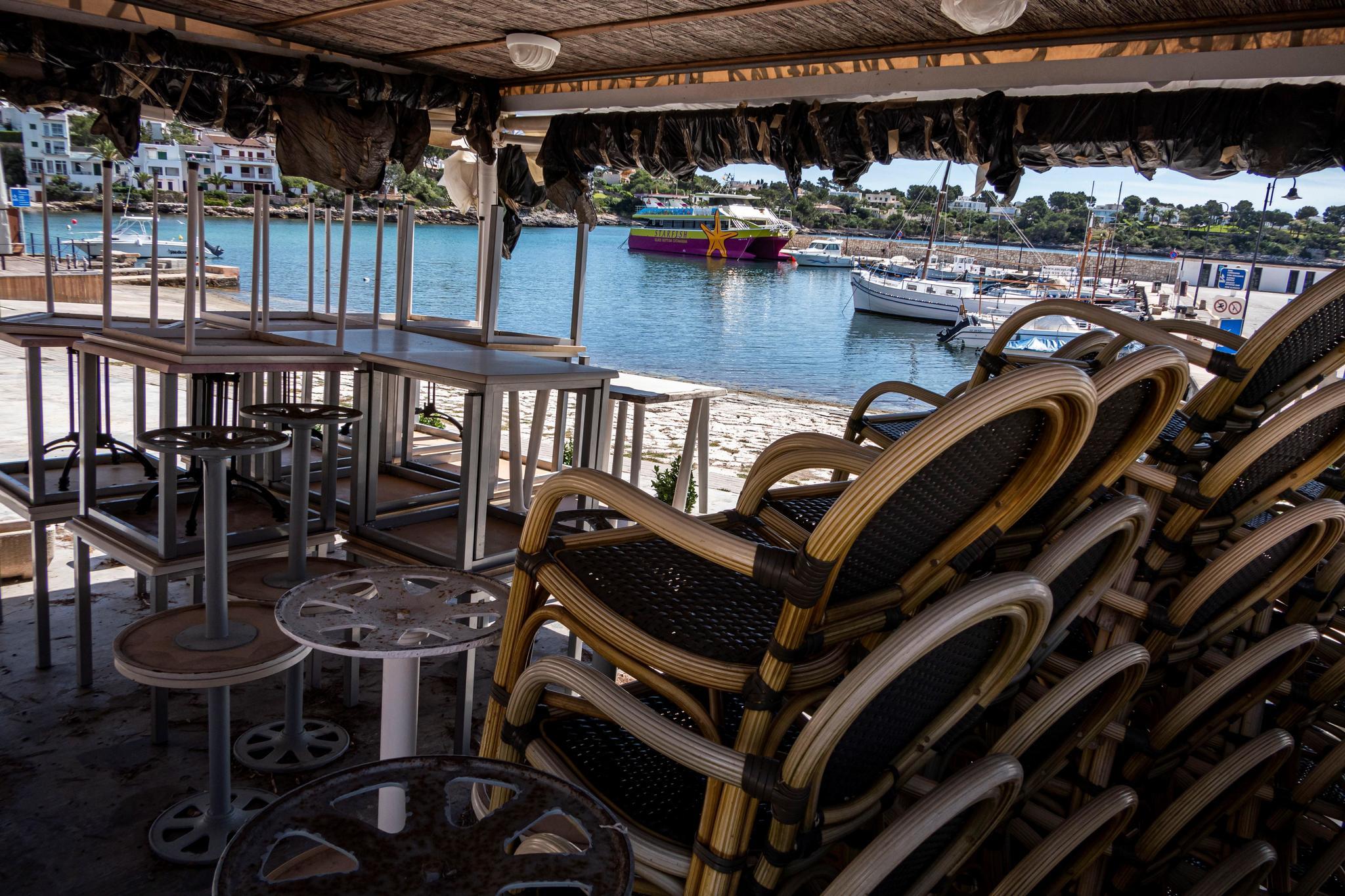 SANTANYÍ (MALLORCA).- , Restaurante cerrado en la playa de Porto Petro, una de las playas de Mallorca que forma parte del Parque natural de Mondragó, y que permanece cerrada por la crisis sanitaria del coronavirus.