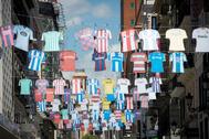 Camisetas de equipos de fútbol, en la calle Preciados de Madrid.