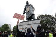 La estatua de Churchill, con pintadas, en Londres.