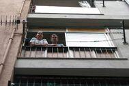 Imagen de la familia que debía ser desocupada en su piso de Badalona