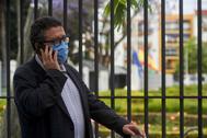 El diputado Francisco Serrano habla por su teléfono móvil en los alrededores del Parlamento.