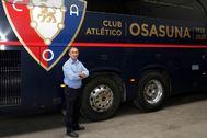 Barrena, junto al autobús de Osasuna.