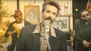 Pau Donés en el videoclip de Eso que tú me das, de Jarabe de Palo