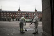 Labores de limpieza en la Plaza Mayor, durante el confinamiento