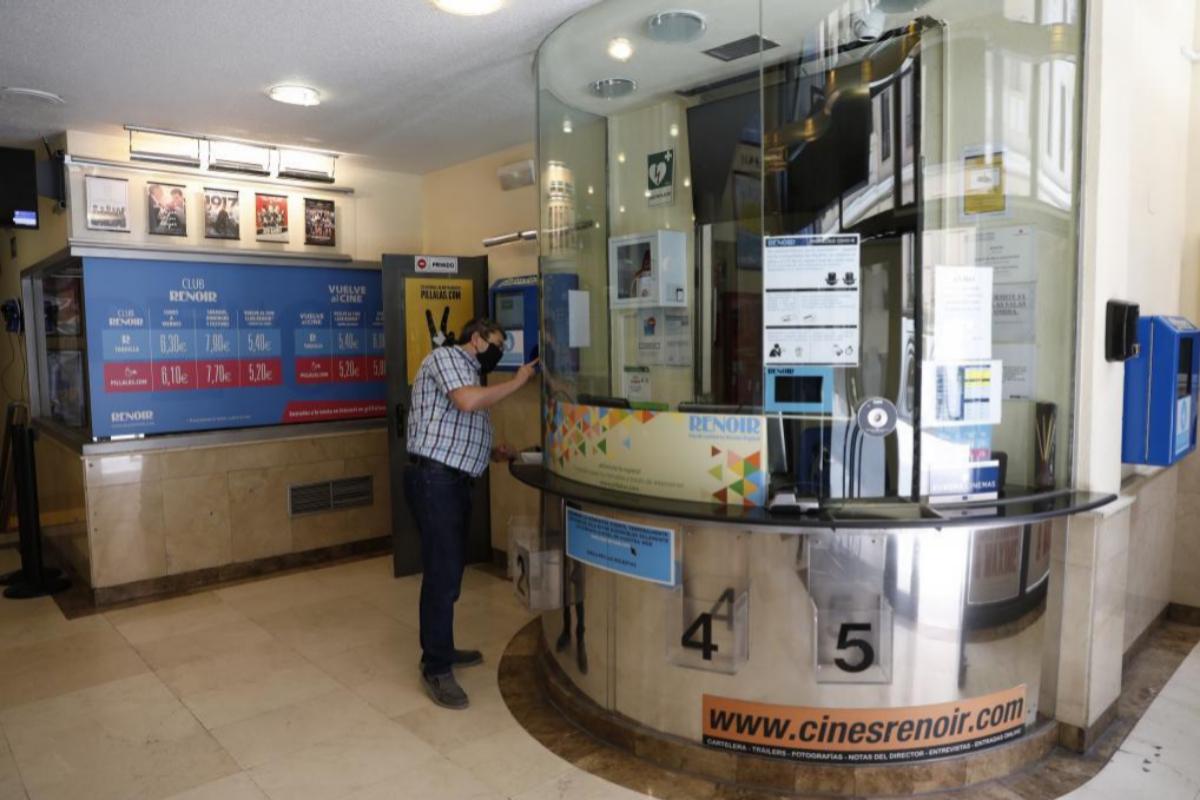 Un empleado junto a la taquilla de los Cines Renoir Plaza de España, ayer.