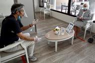 Familiares de residentes en geriátricos empezaron a visitarlos el lunes en Madrid.