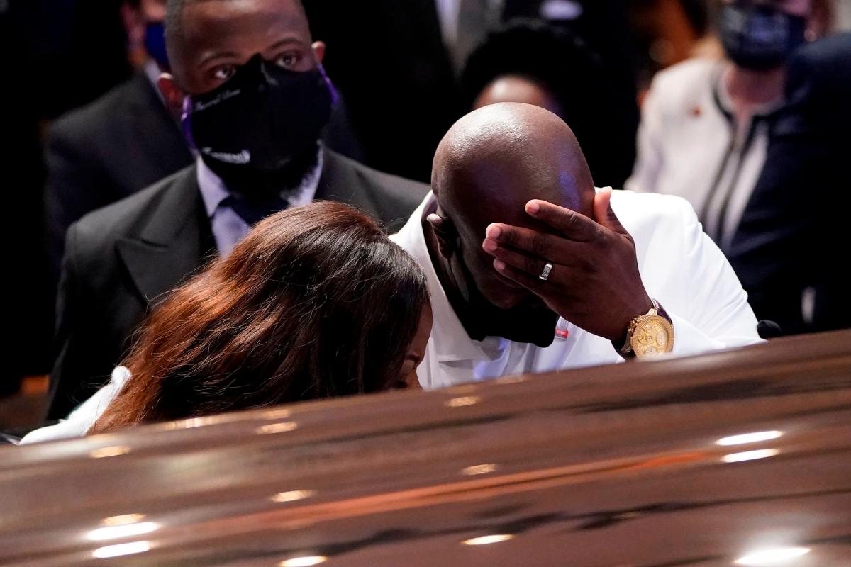 Philonise, hermano de George Floyd, frente al ataúd en un momento del funeral.