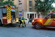 Los bomberos, junto al inmueble donde se declaró el incendio.