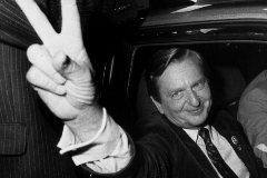 Olof Palme hace el signo de la victoria, en 1982.